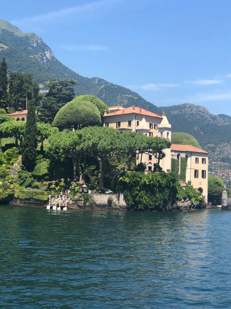 Beautiful private villas on the lake